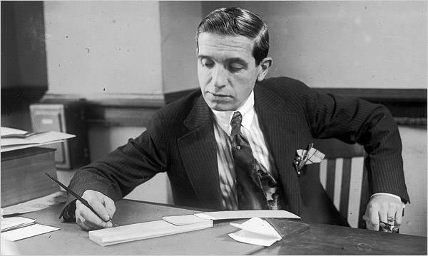 Charles Ponzi alla scrivania
