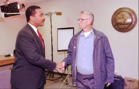 James Earl Ray stringe la mano a Dexter King